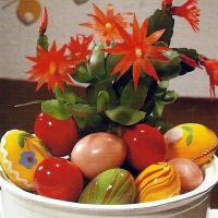 Osterschmuck, eine Mischung aus Frühling und bunten Eiern